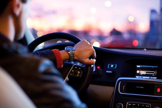 Jakie akty prawne regulują czas pracy kierowców